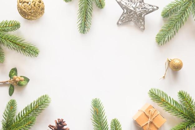 フラットから白い背景の上のホリデークリスマスカードの背景を置きます。