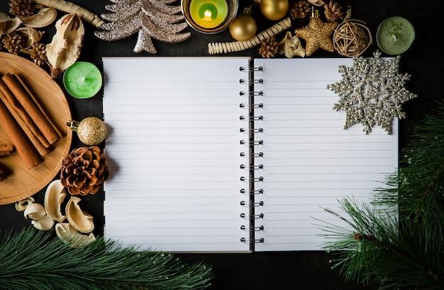 Праздничная рождественская рамка-открытка и старинные пустые открытые заметки на темном столе