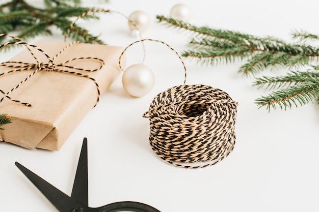 장식 및 흰색 표면에 전나무 가지 휴일 구성. 평면 위치, 평면도