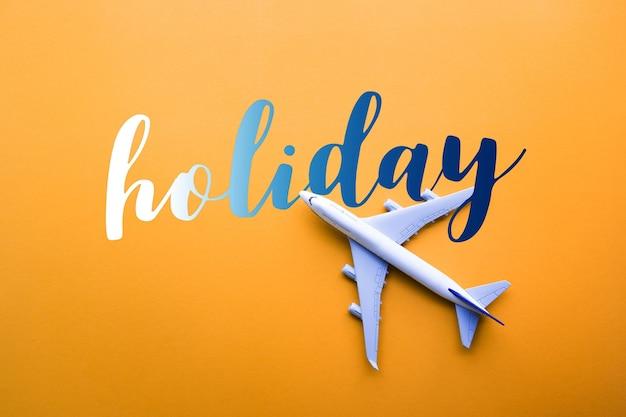 모델 비행기가 있는 휴일 개념, 파스텔 색상 배경의 비행기. 평면 디자인.
