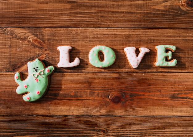 休日のクッキーアイシングの数字が猫のお菓子を愛する