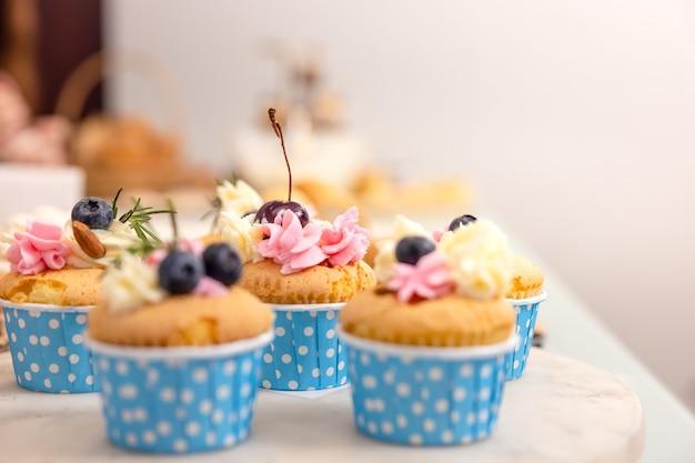 생일, 여성의 날 또는 어머니의 날을 위한 휴일 컵케이크. 파티의 테마입니다.