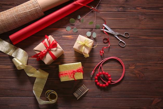 휴일 장식 개념입니다. 나무 테이블에 선물 상자와 액세서리