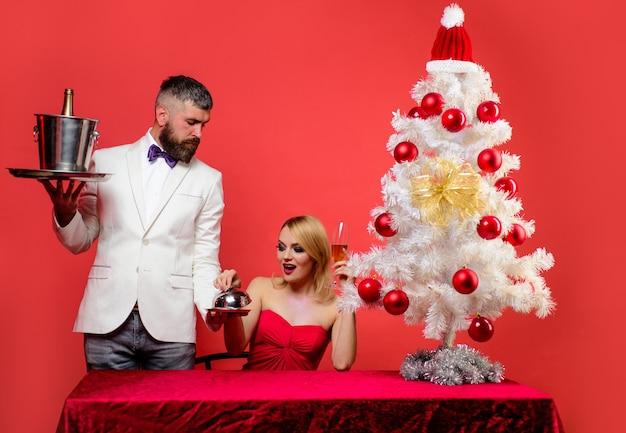 クリスマスや新年のレストランのクリスマスと恋にテーブルカップルを提供する休日の装飾