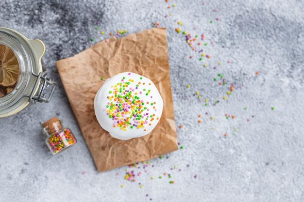 Праздник кулич пасха пасхальные яйца порция на столе настроение семейный праздник