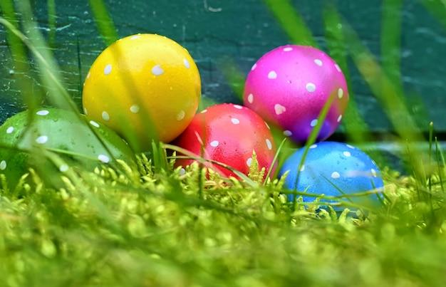 休日、イベント、イースターのコンセプト - 白い背景の上のバスケットにイースターのパステル調の卵。