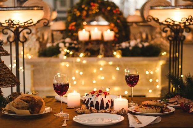 휴일 가족 저녁 식사. 아늑한 축제 방 표면 장식