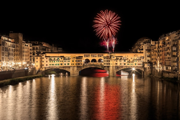フィレンツェのポンテヴェッキオでの休日の花火イタリア