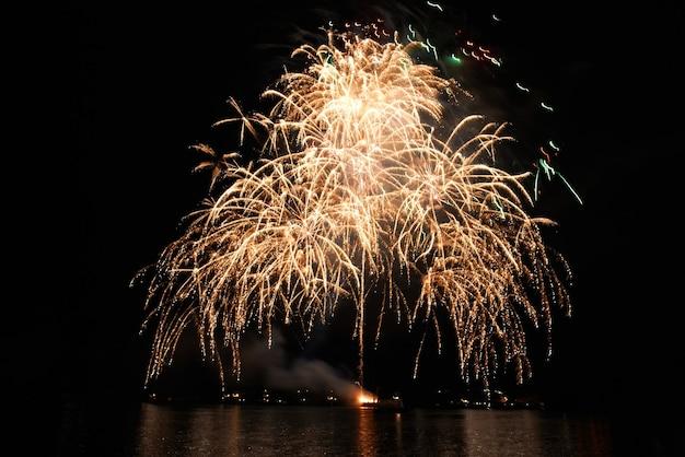 검은 하늘에 밤에 물 반사와 휴일 불꽃놀이