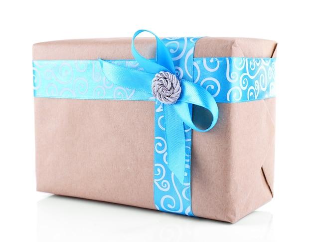 白で隔離の青いリボンで飾られたホリデーギフトボックス