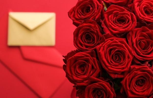 Праздничный подарок цветы flatlay и концепция счастливых отношений любовное письмо и служба доставки цветов ...