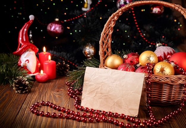 크리스마스 장식과 양초 및 텍스트를 위한 장소가 있는 휴일 인사말 카드