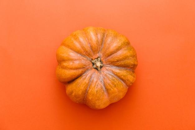 어두운 오렌지 배경에 호박과 휴일 할로윈 배너입니다. 평면도