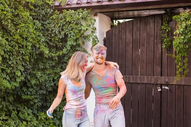 휴일, Holi 및 사람들이 개념-행복 한 커플 재미 페인트에 덮여. 프리미엄 사진