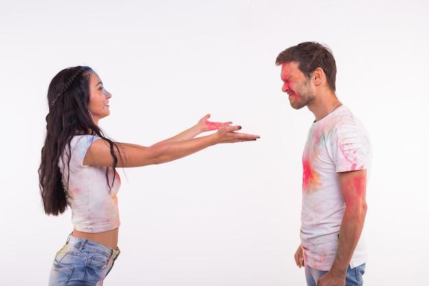 휴일, holi 및 사람들 개념-행복 한 커플 얼굴에 여러 가지 빛깔의 가루와 재미