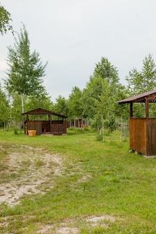 Дом отдыха у озера Premium Фотографии