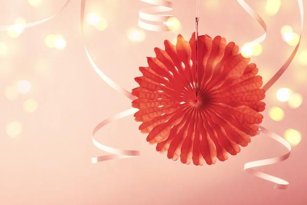 Праздничная вечеринка фон. модный бумажный коралловый декор и змеевик.