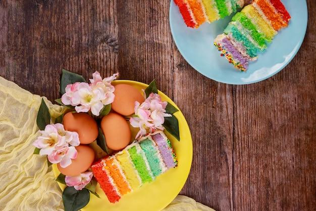 イースターパーティーのためのカラフルなケーキと茶色の卵の休日の作品。