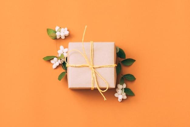 Праздничный подарок. поздравление. подарочная коробка. композиция из ягод омелы