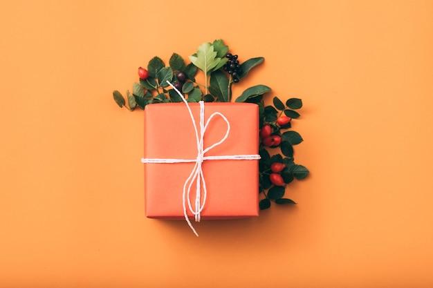 ホリデープレゼント。特別な行事。ギフト用の箱。ローズヒップのアレンジメント