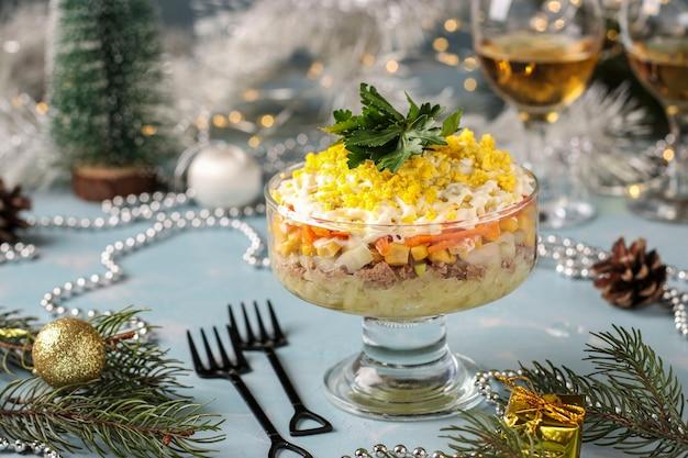 통조림 생선, 계란, 당근, 감자를 곁들인 휴일 샐러드, 러시아 전통 음식, 근접 촬영, 수평 방향
