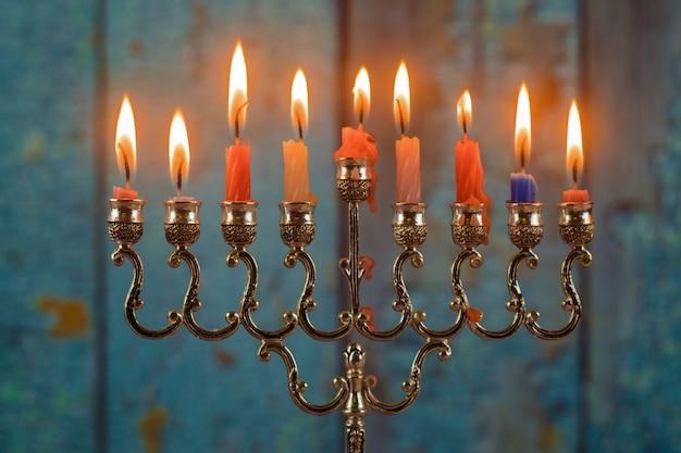 Праздничный символ ханукальной меноры со свечами