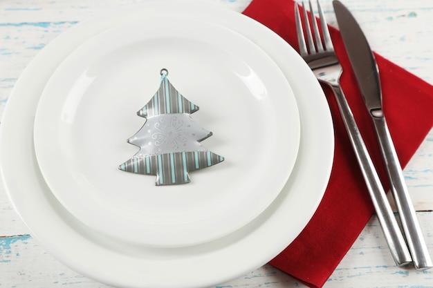색상 나무 배경에 크리스마스 장식으로 휴일 테이블 설정