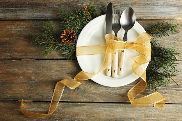 クリスマスの装飾が施された休日のテーブルセッティング