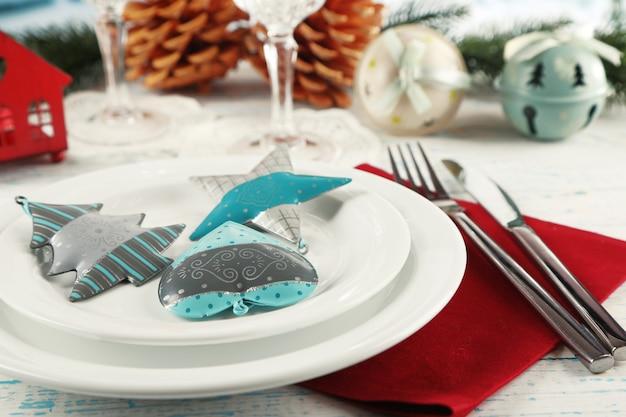 크리스마스 장식이 있는 휴일 테이블 설정