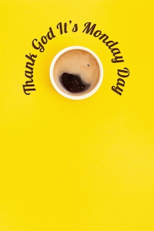 휴일-감사합니다 월요일입니다. 제목과 커피 한잔. 노란색 배경에 상위 뷰입니다.