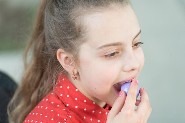休日の御馳走。甘い歯。小さな女の子は丸いキャンディーを食べます。幸せな小さな子供はお菓子やお菓子が大好きです。キャンディショップ。小さな女の子はお菓子を食べます。キャンディーバーとケーキポップ。健康的な栄養とチートミール。