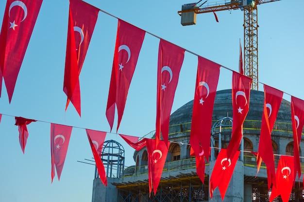 휴일 터키 국기와 백그라운드에서 새로운 모스크 건설, 탁심 광장, 이스탄불
