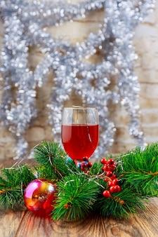 レストランのホリデーワイングラス。ガラスの新年