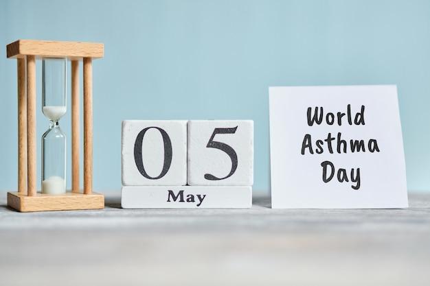 休日の世界喘息の日-5月5日5日月曜日の木製ブロックのカレンダーコンセプト