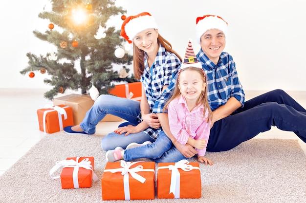 休日とお祭りのコンセプト-クリスマスツリーによる幸せな家族の肖像画。