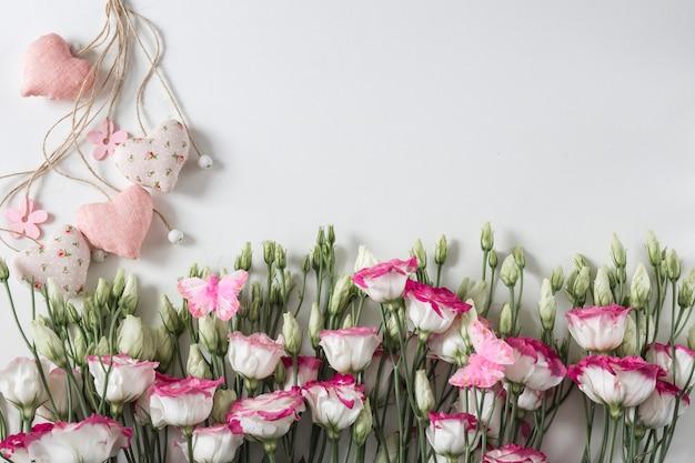 休日の背景:白い花と心に白地にピンク
