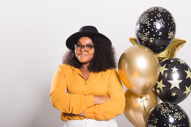 휴일, 생일 파티와 재미 개념-웃는 젊은 아프리카 계 미국인 젊은 여자의 초상화