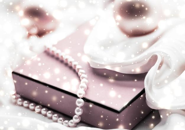休日のブランディングの魅力と装飾のコンセプトクリスマスの魔法の休日の背景お祝いのつまらないもの...