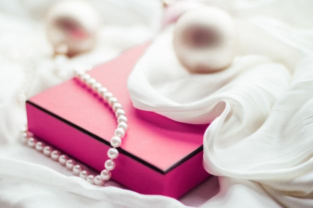 休日のブランディング幸せな贈与と装飾の概念クリスマスの休日の背景お祝いのつまらない...
