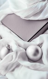 休日のブランディング幸せな贈与と装飾の概念クリスマスの休日の背景お祝いのつまらないもの..。