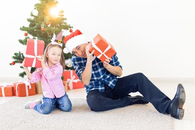 休日、クリスマス、家族、幸福の概念-ギフトボックスと父と娘のクローズアップ
