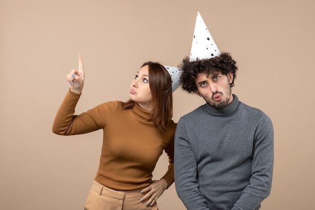 休日のお祭りとパーティーのコンセプト-灰色に驚いて幸せな愛情のある面白いカップル