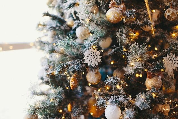 休日、新年、装飾、お祝いのコンセプト-ボールやおもちゃで飾られたクリスマスツリーのクローズアップ
