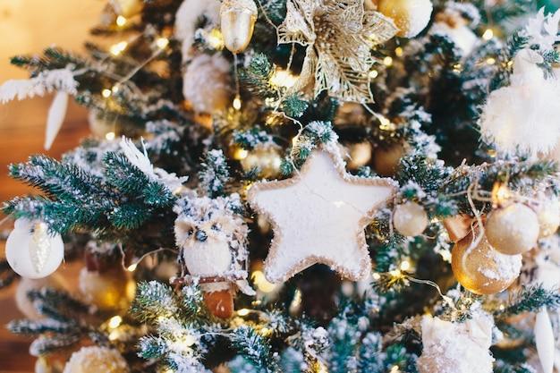 休日の新年の装飾とお祝いのコンセプトは、ボールで飾られたクリスマスツリーのクローズアップと...