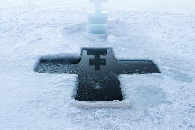정교회 세례의 휴일. 러시아의 얼음 십자가 구멍과 얼음 십자가