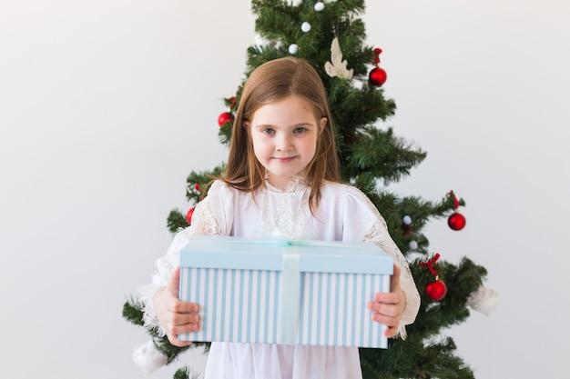 휴일, 선물, 크리스마스, 엑스-마스 개념-행복 한 아이 소녀 선물 상자.