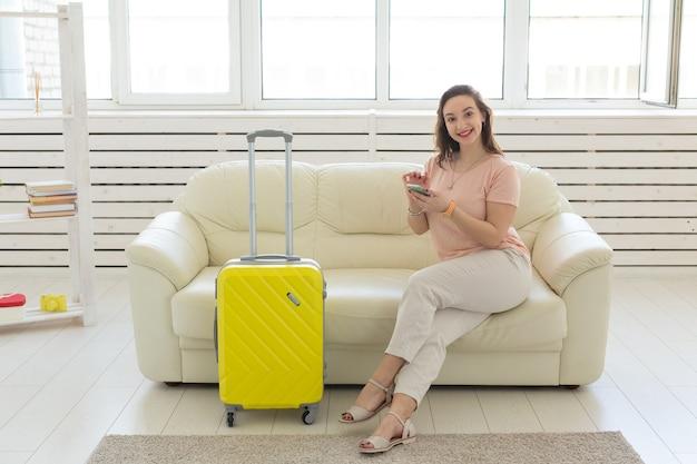 休日、旅行、休暇のコンセプト-若い女性が旅行に行きます。