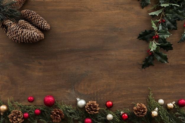 Холли ветви с конусами на столе