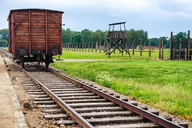 Вагон-вагон для перевозки скота в лагере смерти холокоста из концлагеря освенцим-биркенау нацистской германии