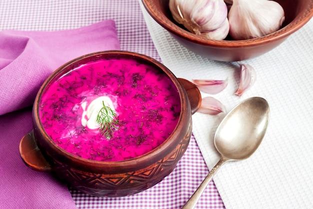 Holodnik-伝統的なリトアニア語(ロシア語、ウクライナ語、ベラルーシ語、ポーランド語)の冷たいビーツのスープ